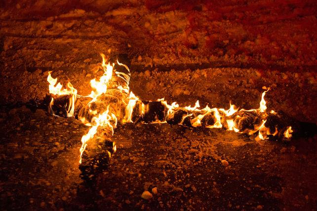 croce-fiamme-shutterstock_232631470