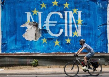 epaselect epa04832350 A man passes by a graffiti made by street artist N_Grams that read ''NO'' (Nein) in German but also sounds like ''YES, IN'' in Greek language, in Athens, Greece, 05 July 2015. Greek voters in the referendum are asked whether the country should accept reform proposals made by its creditors.  EPA/KAY NIETFELD
