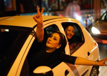 epa04846975 Iranians flash the victory sign as they celebrate in the street of Tehran, Iran, 14 July 2015, after nuclear talks between Iran and World powers ended in Vienna, Austria. Iran and six world powers have agreed on a deal over Iran's controversial nuclear programme. Iranians were so happy by hearing that world powers are ready to lift the sanctions against the country.  EPA/ABEDIN TAHERKENAREH