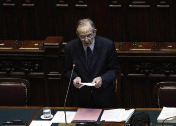 Il ministro dell'Economia Pier Carlo Padoan alla Camera durante l'informativa urgente sugli sviluppi della situazione del debito della Grecia, Roma 1 Luglio 2015, ANSA/GIUSEPPE LAMI
