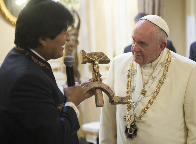 papa-francesco-evo-morales-crocifisso-bolivia-ansa