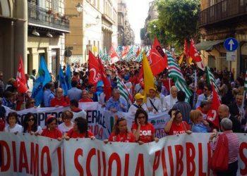 Studenti, professori, precari e personale amministrativo della scuola in piazza contro la riforma della scuola voluta dal governo Renzi, Palermo, 5 maggio 2015. ANSA/ IGNAZIO MARCHESE