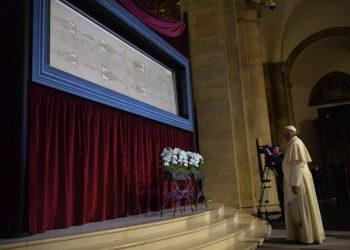 Papa Francesco con la Sindone.       ANSA/ALESSANDRO DI MARCO