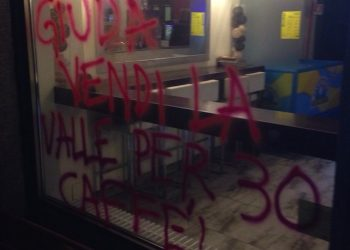 Scritte No Tav a Chiomonte, in Valle di Susa. ''Giuda vendi la valle per 30 caffe''', uno degli slogan scritti sui muri di case ed esercizi commerciali, Chiomonte, Torino, 22 ottobre 2015, ANSA/ DAVIDE PETRIZZELLI