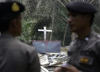 epa04976901 Security forces inspect the scene of a burned Church in Aceh Singkil, Indonesia, 14 October 2015. According to reports, a man was killed and three Churches were set ablaze during clashes between hundreds of hardliner Islamists and local Christians in the province of Aceh.  EPA/HOTLI SIMANJUNTAK