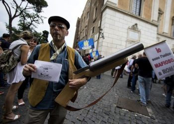 Un momento della manifestazione di protesta contro la giunta comunale del sindaco di Roma Ignazio Marino, 9 giugno 2015 a Roma. Momenti di tensione davanti l'ingresso del Campidoglio tra i vigili e i manifestanti in protesta al grido 'Dimissioni'. I lavoratori di Multiservizi e gli attivisti del M5s hanno cercato di entrare a Palazzo Senatorio ma gli Ë stato impedito l'accesso: le porte del Campidoglio sono state chiuse. A breve inizier‡ l' assemblea capitolina, che dovr‡ votare la surroga dei consiglieri decaduti dopo la seconda ondata di arresti di Mafia Capitale, l'ingresso a pubblico e giornalisti non Ë ancora consentito. ANSA/MASSIMO PERCOSSI
