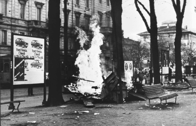 19790505-MILANO-Manifestazione contro la repressione, indetta da 'Lotta Continua' e da 'Rosso'. Nella foto alcuni cartelloni elettorali dati alle fiamme dai dimostranti in piazzale Baracca a Milano. ANSA ARCHIVIO/89885