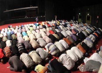 Islamici raccolti in pregiera nottruna al teatro Ciak di Milano in occasione della prima giornata del Ramadan 2010. Un mese di preghiera, purificazione, solidariet‡ e perdono: per oltre un milione e 200mila musulmani d'Italia inizia oggi il Ramadan.  ANSA/MATTEO BAZZI