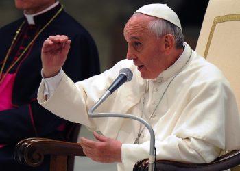 Papa Francesco risponde alle domande poste dagli alunni delle scuole dei Gesuiti di Italia e Albania, accorsi all'incontro col Pontefice nell'Aula Paolo VI in Vaticano, insieme agli educatori e alle famiglie, 7 giugno 2013. ANSA/MAURIZIO BRAMBATTI