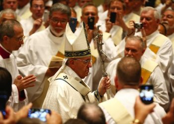 Pope Francis arrives to celebrates mass at the Cathedral Basilica of Saints Peter and Paul in Philadelphia, September 26, 2015. ANSA /  POOL REUTERS/ Tony Gentile