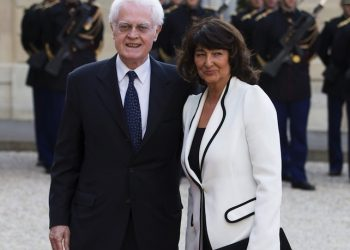 epa03691815 A picture made available on 08 May 2013 shows Former French Socialist Prime Minister Lionel Jospin (L) and his wife Sylviane Agacinski (R) as they arrive for a state dinner hosted by French President Francois Hollande and Valerie Trierweiler (both not pictured) for Polish President Bronislaw Komorowski and his wife Anna Komorowska (both not pictured) at the Elysee palace for a state dinner, in Paris, France, 07 May 2013. Komorowski is on a two-day state visit in Paris.  EPA/IAN LANGSDON