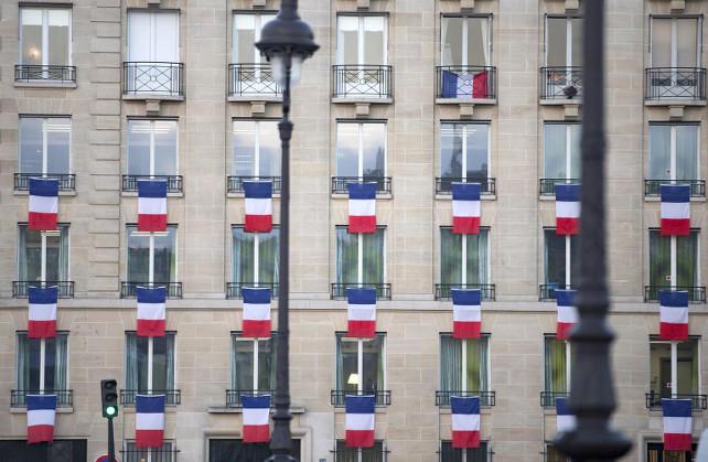 francia-bandiera-parigi-ansa