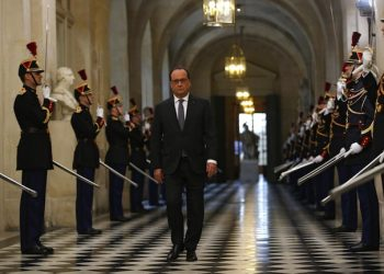 epa05028517 French President Francois Hollande arrives to deliver a speech at the Versailles castle, near Paris, France, 16 November 2015. French President Francois Hollande is addressing parliament about France's response to the Paris attacks, in a rare speech to lawmakers gathered in the majestic congress room of the Palace of Versailles.  EPA/MICHEL EULER / POOL MAXPPP OUT