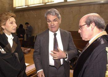Calogero Mannino con gli avvocati Maria Grazia Volo e Salvo Riela al Tribunale di Palermo, in una immagine del 08 aprile 2003.  ANSA/MIKE PALAZZOTTO