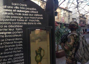 Regna un'atmosfera spettrale nel centro di Saint-Denis, la periferia di Parigi dove Ë in corso l'operazione antiterrorismo legata agli attentati del 13 novembre. Tutti i negozi sono chiusi, cosÏ come molte imposte delle case private. Le autorit‡ e la polizia hanno imposto agli abitanti di non uscire di casa. La zona Ë delimitata da una massiccia presenza di militari armati. Parigi, 18 novembre 2015. ANSA/ PAOLO LEVI