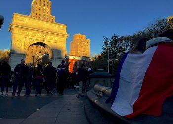 Un momento della commemorazione in ricordo delle vittime degli attentati di Parigi al Washington Square Park di New York (Usa), 14 novembre 2015. ANSA/FABIO RUSSOMANDO