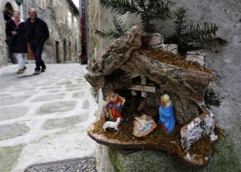 epaselect epa04535602 People pass by nativity scene during the 17th Nativity Scenes exhibition in the street of Luceram, southeastern France, 20 December 2014. This exhibition of Christmas cribs runs from 01 December to 11 January 2014.  EPA/SEBASTIEN NOGIER