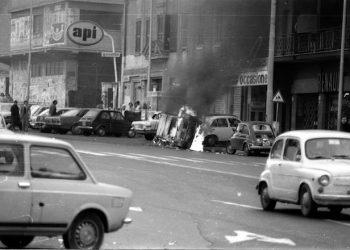 Incidenti in via Tuscolana a seguito dei delitti di Via Acca Larentia, automobili bruciate e autobus di traverso, in una foto d'archivio dell'8 gennaio 1978. ANSA
