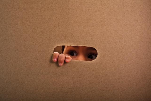 bambino-scatola-shutterstock_124179568
