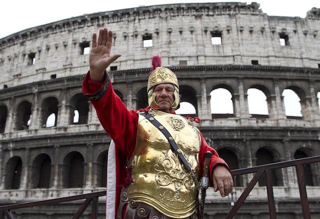Saluto romano per Giuseppe Solitari, uno dei quattro sordomuti (figura storica) che si veste da Centurione al Colosseo, 13 aprile 2012, a Roma. ANSA/MASSIMO PERCOSSI