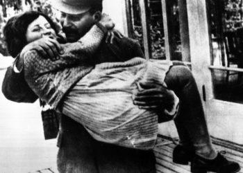 Svetlana Alliluyhva Stalina, figlia di Joseph Stalin, in braccio al padre a Mosca il 10 settembre 1967. Svetlana Stalina e' morta negli Stati Uniti all'eta' di 85 anni il 22 novembre. ANSA
