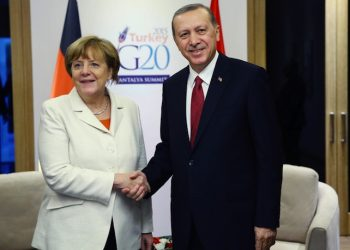 epa05028490 German Chancellor Angela Merkel (L) and Turkish President Recep Tayyip Erdogan shake hands during their bilateral meeting at the G20 Summit in Antalya, Turkey, 16 November 2015. In addition to discussions on the global economy, the G20 grouping of leading nations is set to focus on Syria during its summit this weekend, including the refugee crisis and the threat of terrorism.  EPA/KAYHAN OZER/POOL