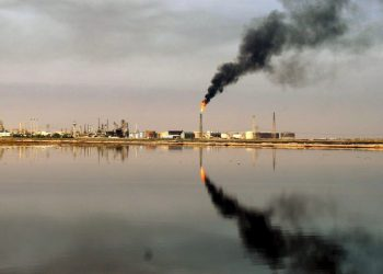 epa02373541 (FILE) A file photo dated 08 March 2009 of a general view of an oil refinery in the waters of the Northern Arabian Gulf close to the port town of Umm Quasar in Basra, southern Iraq on 08 March 2009. Iraq has around 143 billion barrels of crude oil reserves, about 24 per cent more than previous estimates, the Iraqi Minister of Oil said on 04 October 2010. The reserves are mostly located in 66 oil fields in southern Iraq, Oil Minister Hussein al-Shahristani announced. This estimate places Iraq as the holder of the world?s fourth largest crude oil reserves, behind Saudi Arabia, Venezuela, and Canada. Previous estimates made in the 1990s placed oil reserves at 119 billion barrels.  EPA/HAIDER AL-ASSADEE
