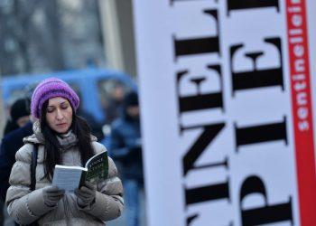 """Manifestazione contro il Ddl Cirinn‡ organizzato da """"Sentinelle in piedi"""" presso piazza Lagrange a Torino, 23 gennaio 2016. ANSA/DRNALESSANDRO DI MARCO"""
