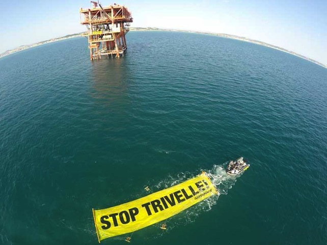 Una protesta di Greepeace contro le trivelle in Adriatico. ANSA/ Matt Kemp/ Greenpeace +++ NO SALES - EDITORIAL USE ONLY +++
