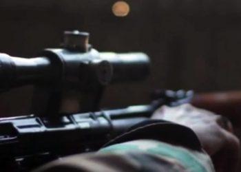 La propaganda dell'Isis non perde tempo. A poche ore dalla condanna inferta all'omicida di Chris Kyle, soldato Usa che ha ispirato il film 'American Sniper', i jihadisti pubblicano un video su quello che definiscono come il loro migliore cecchino. Nel filmato di tre minuti vengono montati ad arte vari momenti nella giornata di un tiratore scelto al servizio dello Stato islamico ma, nonostante siano ripresi mirino e un fucile di precisione, non viene sparato un colpo. I frame sono presi dal sito del quotidiano britannico Daily Mail. Roma, 25 febbraio 2015. ANSA/DAILY MAIL