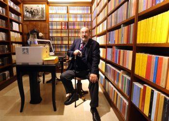 Lo scrittore Umberto Eco in una immagine di archivio del febbraio 2015 nella sala Carducci della libreria Zanichelli a Bologna, 20 Febbraio 2016. ANSA/GIORGIO BENVENUTI