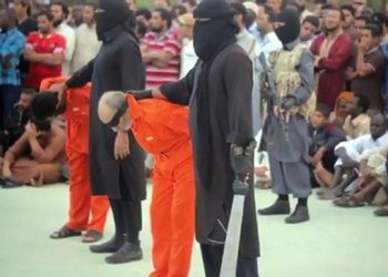 """Un fermo immagine tratto dal sito Internet ''heavy.com'' che mostra alcuni momenti di una decapitazione in una pubblica piazza davanti ad adulti e bambini a Sirte. L'Isis in Libia ha diffuso un nuovo video dell'orrore in cui mostra l'esecuzione di due uomini accusati di stregoneria. In tuta arancione con le mani legate e gli occhi bendati i due vengono condotti in piazza dai jihadisti e poi uccisi. Lo riferisce il sito Alwasat. Non Ë ancora chiaro quando e soprattutto dove l'esecuzione si sia verificata. Nel video compare la scritta """"Wilayat Tarablus"""": """"Tarablus"""" Ë il nome in arabo di Tripoli mentre """"wilayat"""" significa 'provincia'.    ANSA / INTERNET / HEAVY.COM    +++ ANSA PROVIDES ACCESS TO THIS HANDOUT PHOTO TO BE USED SOLELY TO ILLUSTRATE NEWS REPORTING OR COMMENTARY ON THE FACTS OR EVENTS DEPICTED IN THIS IMAGE; NO ARCHIVING; NO LICENSING +++"""