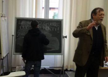 Il professor Angelo Panebianco, durante la contestazione subita per un articolo da lui firmato e pubblicato sul Corriere della Sera. Sono stati alcuni appartenenti al collettivo Cua ad 'attaccare' l'editorialista interrompendo con uno striscione e volantini la sua lezione alla facolt‡ di Scienze politiche, in Strada Maggiore a Bologna, 22 febbraio 2016. ANSA / Collettivo Universitario Autonomo Bologna