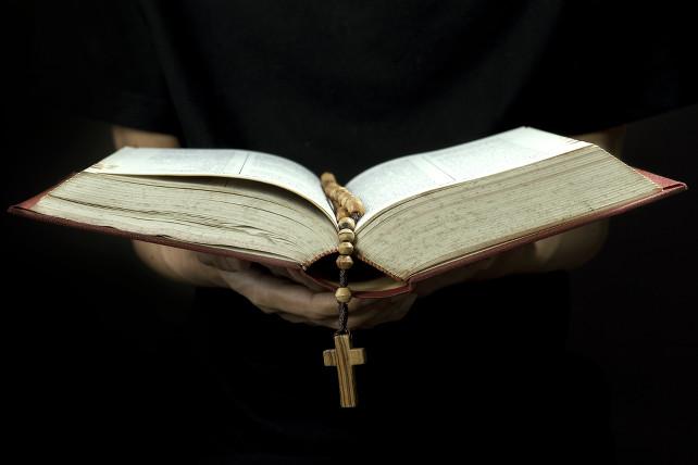 prete-benedizione-shutterstock_175799393