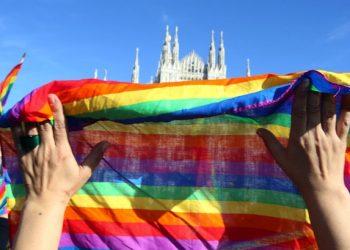 La manifestazione per i diritti civili delle coppie omosessuali organizzata dai Sentinelli di Milano in piazza del Duomo, Milano, 21 febbraio 2016. ANSA / MATTEO BAZZI