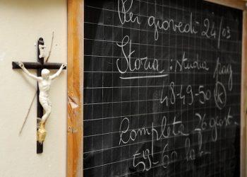 Un crocifisso fotografato oggi 16 marzo 2011 in una scuola elementare di Pisa.  E' legittima l'esposizione del crocifisso nelle scuole pubbliche italiane o e' in contrasto con i principi costituzionali di liberta' di religione e di laicita' dello Stato? Alla Corte europea per i diritti dell'uomo, che con sentenza del 3 novembre 2009 - esaminando un caso avvenuto ad Abano Terme (Padova) - ha detto no a quel simbolo nelle aule, l'Italia ha replicato con fermezza ed attende con fiducia la sentenza della 'Grande Chambre' (Grande Camera) di Strasburgo, attesa per il 18 marzo, che esaminera' il ricorso per l'annullamento di quella decisione.  ANSA/FRANCO SILVI