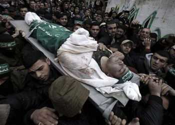epa05133715 Palestinian mourners carry the body of Izz Al-Din Qassem, 21, one of seven fighters bodies of the Izz Al-Din al-Qassam brigades, the military wing of Palestinian Hamas organization, during their funeral in the east of Gaza City, 29 January 2016. Seven fighters ofrom Al-Qassam were killed after a tunnel built for fighting Israel collapsed in the Gaza Strip.  EPA/MOHAMMED SABER