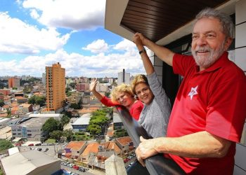 epa05196578 Handout picture by the Instituto Lula of the Former Brazilian President, Luiz Inacio Lula Da Silva (R) with his wife Marisa (L) and the President of Brazil, Dilma Rousseff (c) at Lula's residence in Brasilia, Brazil, 05 March 2016. Brazilian President Dilma Rousseff visited the residence of her predecessor Luiz Inacio Lula da Silva, a day after the former president was the target of the nation's biggest corruption investigation. The head of state arrived early in the afternoon at the home of Lula where she was greeted by about 300 supporters who gathered at the gates of the building, located in the town of Sao Bernardo do Campo , in the metropolitan area of Sao Paulo.  EPA/INSTITUTO LULA DA SILVA / HANDOUT EDITORIAL USE ONLY/NO SALES