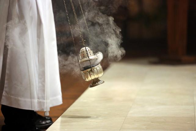 messa-chiesa-incenso-shutterstock_254044279