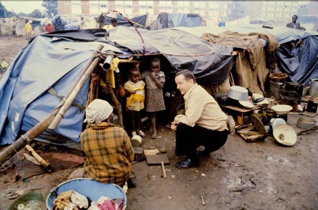 Padre Piero Gheddo tra i profughi ad Harare - Zimbabwe