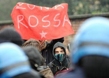 Studenti manifestano per le vie del centro in un corteo non autorizzato composto da circa 300 studenti partiti dall'universit? Statale di Milano, mercoledi' 22 dicembre 2010. ANSA/DANIEL DAL ZENNARO