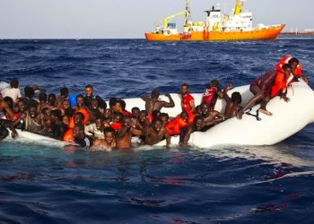 Un momento del tragico salvataggio operato ieri dalla nave privata SOS MediterranÈe, Lampedusa, 17 aprile 2016. Raccontano di essere partiti dalla Libia su un gommone in 130-140. Ne sono stati salvati 108 dalla nave Aquarius dell'Associazione SOS Mediterranee, due risultano annegati, 6 giacevano cadaveri nel fondo dell'imbarcazione: tutti gli altri risultano dispersi. ANSA/UFFICIO STAMPA ++ NO SALES, EDITORIAL USE ONLY ++
