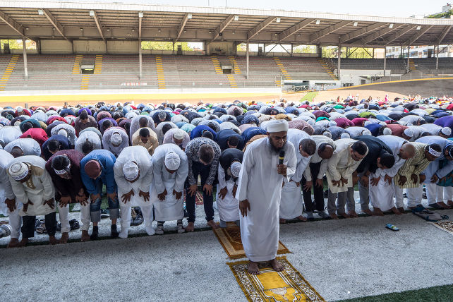 milano-musulmani-preghiera-ramadan-shutterstock_297224816