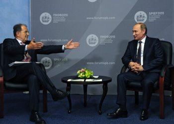 epa04809253 Former Italian Prime Minister Romano Prodi (L) talks to Russian President Vladimir Putin (R) during their meeting at St. Petersburg International Economic Forum, Russia, 19 June 2015.  EPA/MIKHAIL KLIMENTIEV/RIA NOVOSTI/KREMLIN POOL MANDATORY CREDIT/RIA NOVOSTI/