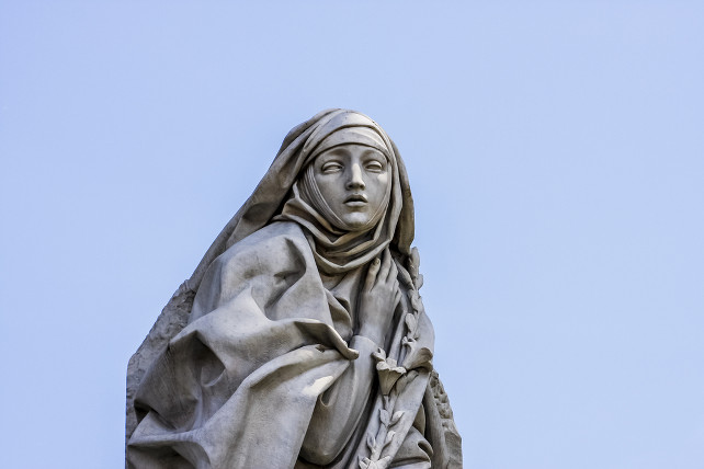 santa-caterina-siena-statua-roma-shutterstock_142196395