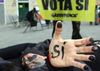 """Un momento del flashmob in 22 citt‡ di tutta Italia degli """"oil men"""" di Greenpeace sono entrati in azione per invitare gli italiani al partecipare al referendum sulle trivellazioni offshore del prossimo 17 aprile, 19 marzo 2016. ANSA/UFFICIO STAMPA GREENPEACE ++ NO SALES, EDITORIAL USE ONLY ++"""