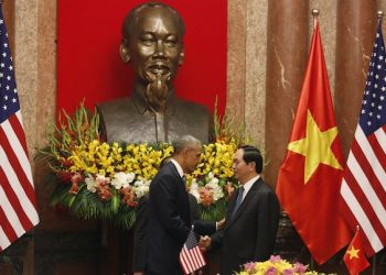 U.S. President Barack Obama (L) shakes hands with his Vietnamese counterpart Tran Dai Quang under a statue of late Vietnamese revolutionary leader Ho Chi Minh during a signing ceremony at the Presidential Palace in Hanoi, Vietnam May 23, 2016. REUTERS/Kham
