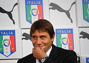 Il ct della nazionale di calcio Antonio Conte durante la presentazione della nuova maglia della nazionale, Firenze, 9 novembre 2015.  ANSA/MAURIZIO DEGL'INNOCENTI