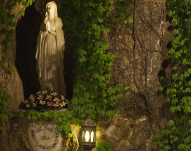 Papa Benedetto XVI durante la cerimonia di chiusura del mese Mariano nella Grotta di Lourdes in Vaticano, oggi 31 maggio 2011. ANSA/CLAUDIO PERI