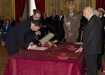 Il Presidente della Repubblica Giorgio Napolitano e il Presidente del Consiglio dei Ministri Matteo Renzi in occasione del giuramento del governo Renzi al Quirinale, 22 febbraio 2014.  ANSA / US PALAZZO CHIGI ++NO SALES EDITORIAL USE ONLY++